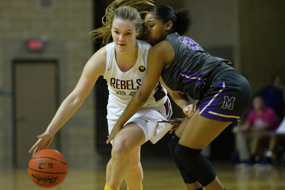 Lee's Paige Low (34) dribbles against Midland High's Desiree Goodley (32) Jan. 15, 2019, at Chaparral Center. James Durbin/Reporter-Telegram Photo: James Durbin / ? 2018 Midland Reporter-Telegram. All Rights Reserved.