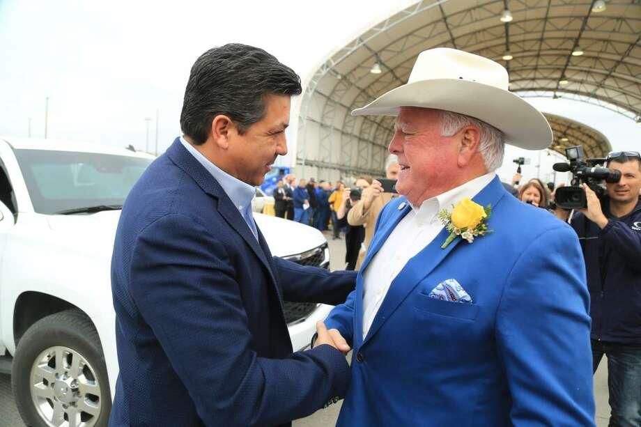 El gobernador de Tamaulipas, México, Francisco Javier García Cabeza de Vaca saluda a Sid Miller, Comisionado de Agricultura de Texas, durante el evento de toma de protesta de Miller, realizado el lunes en la ciudad de Pharr. Photo: Foto De Cortesía /Gobierno Del Estado De Tamaulipas