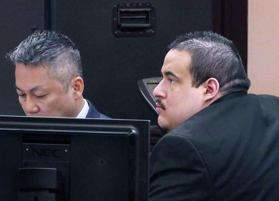 Mario Ángel González, derecha, y su abogado Doanh Nguyen en la Corte de Distrito 49, donde González se enfrenta a un juicio por el homicidio de Lesley Sánchez de 16 años. Photo: Cuate Santos /Laredo Morning Times / Laredo Morning Times
