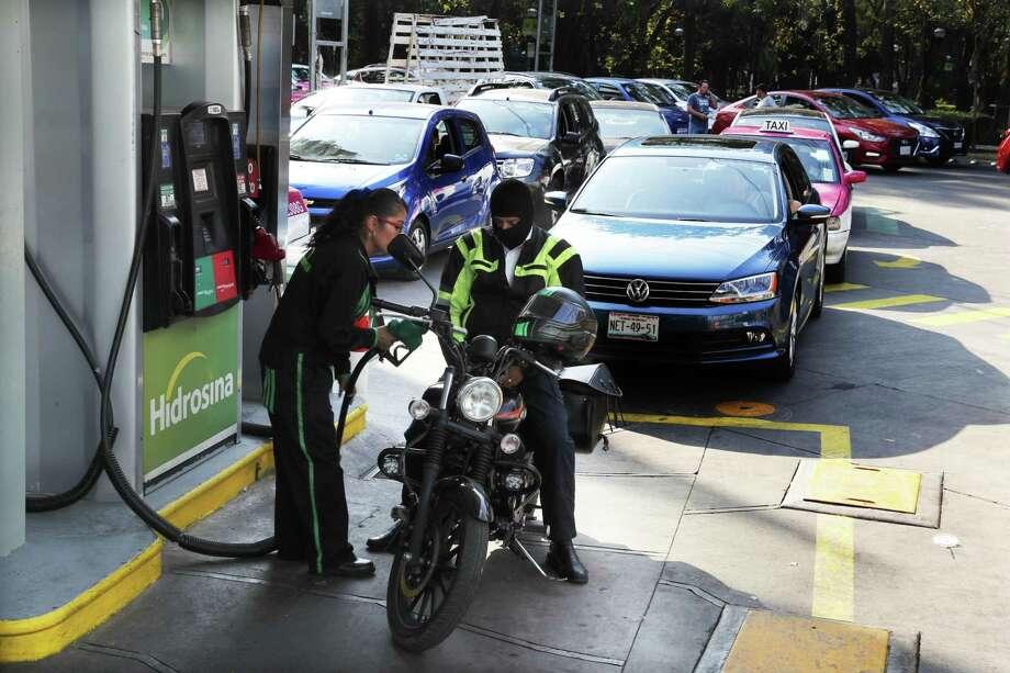 Varios automovilistas hacen fila para cargar combustible en una gasolinera en la Ciudad de México, el miércoles 9 de enero de 2019. Photo: Marco Ugarte /Associated Press / Copyright 2019 The Associated Press. All rights reserved.