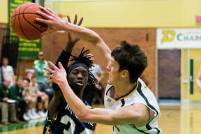 Dow's Sam Drake passes to a teammate during a game against Saginaw Arthur Hill on Friday, Jan. 18, 2019 at H. H. Dow High School. (Katy Kildee/kkildee@mdn.net)