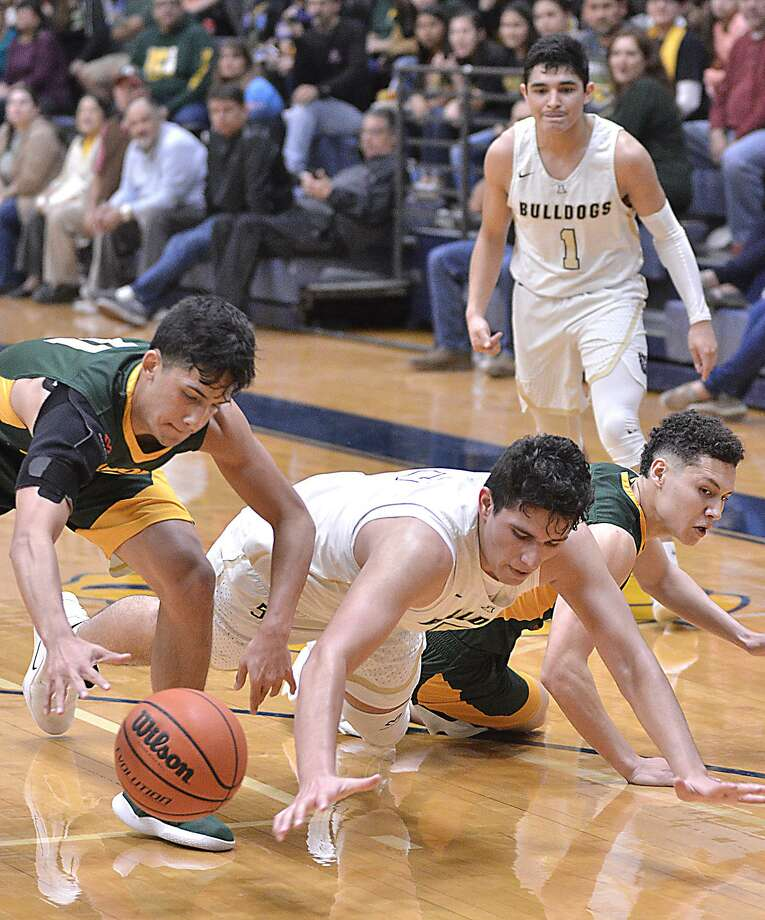 Alexander and Nixon will play one another Tuesday at Sames Auto Arena in the third round of the state playoffs. The two teams split the regular-season series. Photo: Cuate Santos /Laredo Morning Times File / Laredo Morning Times