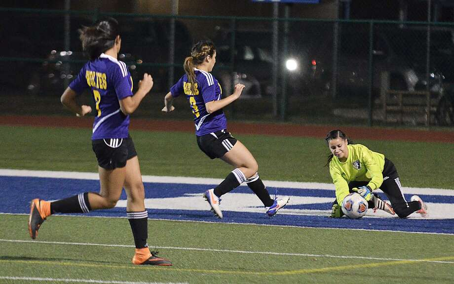 Alexander knocked off LBJ 3-0 on Friday at the Donna tournament. Photo: Cuate Santos /Laredo Morning Times File / Laredo Morning Times