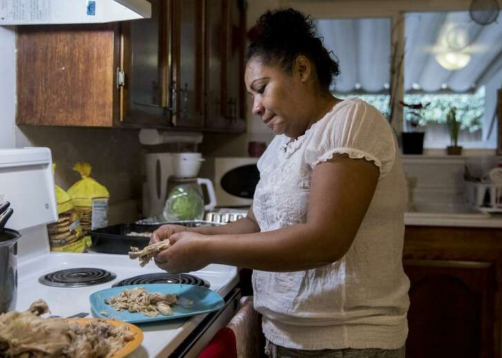Floricel Ramos, a grape picker seeking asylum, makes tostadas for her children at their home in Lodi (San Joaquin County).