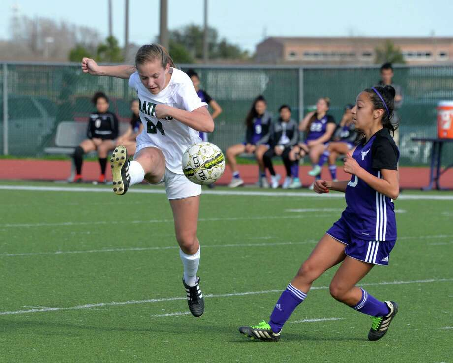 Rachel Cole (24) of Stratford traps a ball during the first half of a high school soccer game between the Morton Ranch Mavericks and the Stratford Spartans in the I-10 Shootout on Friday, January 11, at Morton Ranch High School, Katy, TX. Photo: Craig Moseley, Houston Chronicle / Staff Photographer / ©2019 Houston Chronicle