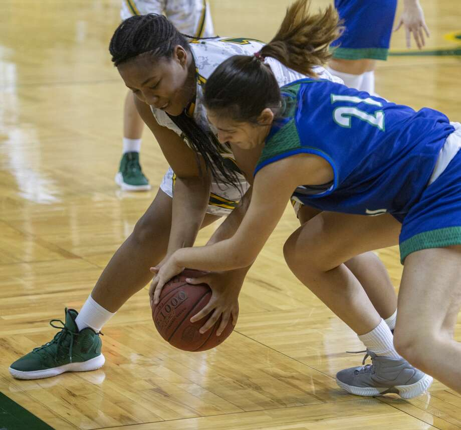 Midland College's Edreana Jackson fights for control of the ball with Western Texas' Marta Casas Gimenez 01/21/19 at  the Chaparral Center. Tim Fischer/Reporter-Telegram Photo: Tim Fischer/Midland Reporter-Telegram