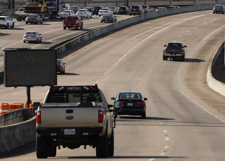 Traffic moves along Spur 5 next to Interstate 45 south of Houston's central business district on March 2, 2017. Photo: Yi-Chin Lee / Houston Chronicle, 45Spur0303 / Yi-Chin Lee / Houston Chronicle 2017