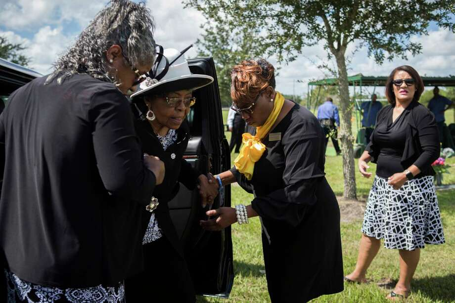 Ross Mortuary funeral attendant Yolanda Douglas, right, helps family members step out of a limousine to say goodbye to Ether Mae Fentis at the cemetery. Photo: Marie D. De Jesús, Staff Photographer / © 2018 Houston Chronicle