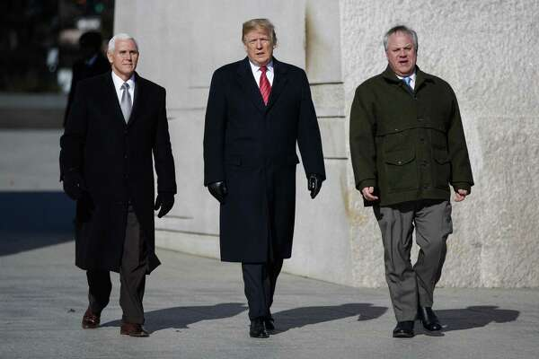 El presidente Donald Trump, al centro, acompañado a la izquierda por el vicepresidente Mike Pence y el secretario en funciones del Interior David Bernhardt, visitan el Memorial de Martin Luther King Jr., el lunes 21 de enero de 2019 en Washington.