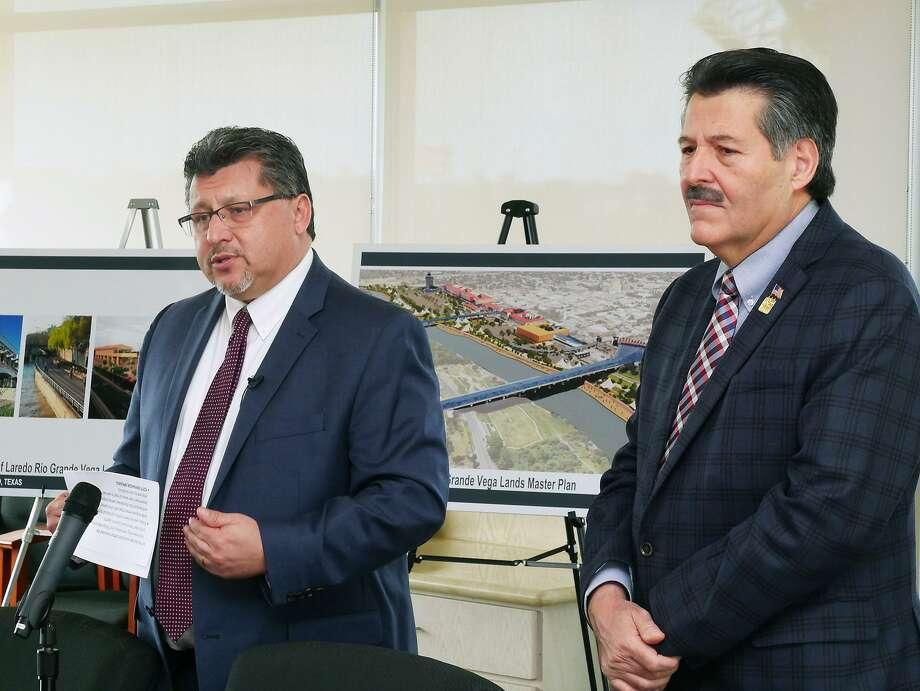 El administrador de la ciudad Horacio De León y el alcalde Pete Sáenz presentan al público su opción de muro, el martes 22 de enero de 2019. Photo: Cuate Santos /Laredo Morning Times / Laredo Morning Times