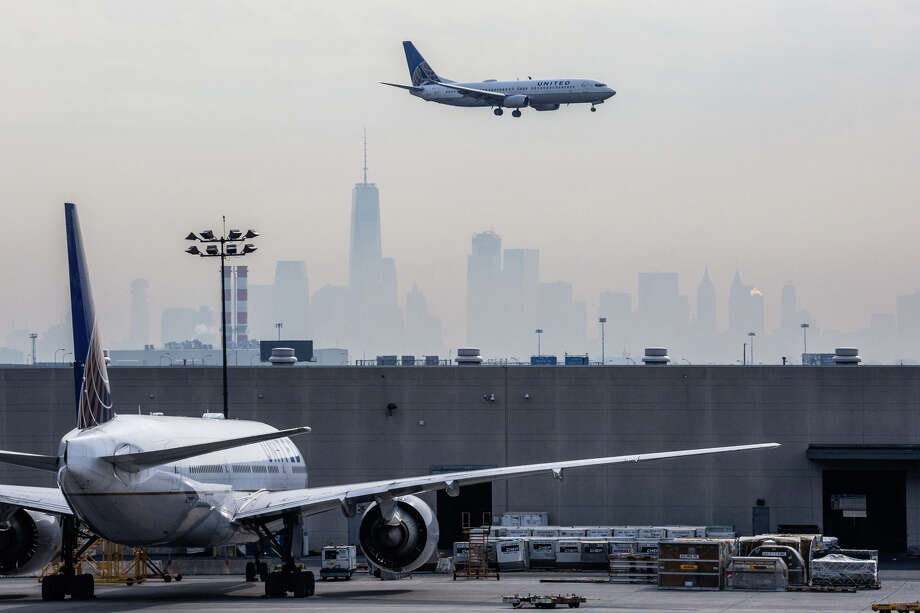 A United Continental Holdings Inc. airplane prepares for landing as the New York City skyline stands in the background at Newark Liberty International Airport in Newark, N.J., on April 12, 2017. Photo: Bloomberg Photo By Tim Fadek. / © 2017 Bloomberg Finance LP