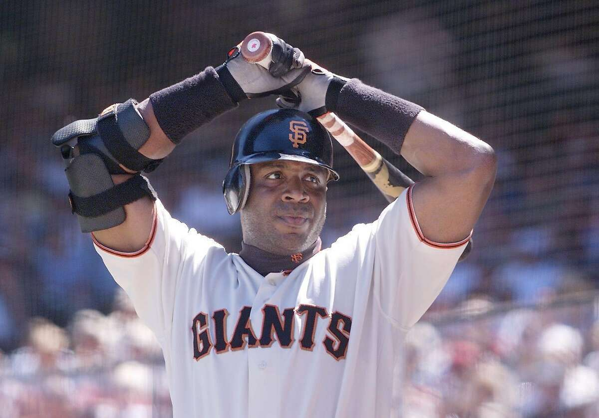 BONDS-C-05AUG01-SP-KL --- Giants slugger Barry Bonds warms up before taking to the plate during the Giants' game against the Philadelphia Phillies on Sunday Aug. 5, 2002. (KENDRA LUCK/SAN FRANCISCO CHRONICLE)