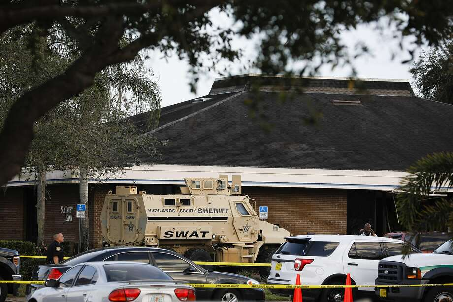 Sheriff's deputies respond to a shooting at a Suntrust bank in Sebring, Fla. Five people were killed after a gunman fired shots inside the bank on Wednesday, authorities said. Photo: Eve Edelheit / New York Times