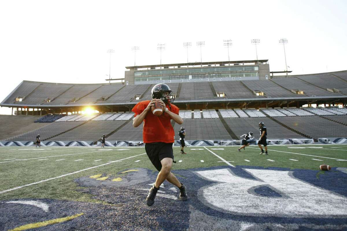 St. Pius X High School quarterback Billy Noonan works on passing drills with his receivers as the Cougars practice at Rice Stadium Thursday, Nov. 29, 2007.