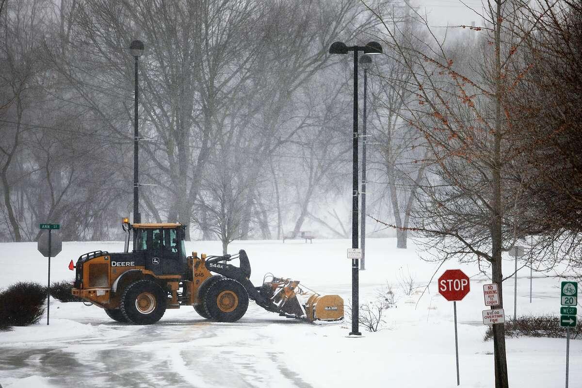 Snow accumulates in Midland on Monday, Jan. 28, 2019. (Katy Kildee/kkildee@mdn.net)