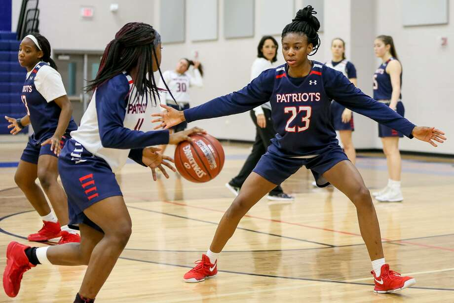 Veterans Memorial Sahara Jones, right, averaged 33 points, 6 assists and 5.5 rebounds in wins over Kennedy and Memorial. Photo: Marvin Pfeiffer / Staff Photographer / Express-News 2018