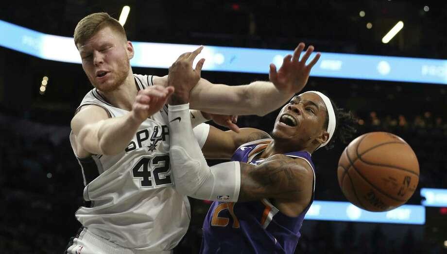 Spurs' Davis Bertans (42) battles for a rebound against Phoenix Suns' Richaun Holmes (21) at the AT&T Center on Tuesday, Jan. 29, 2019. (Kin Man Hui/San Antonio Express-News) Photo: Kin Man Hui, Staff Photographer / San Antonio Express-News / ©2019 San Antonio Express-News