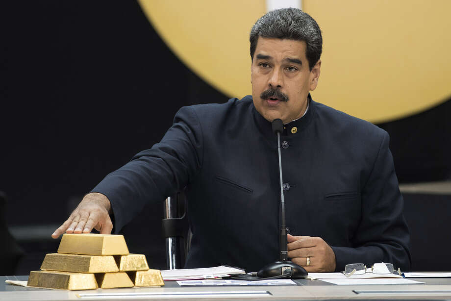 Nicolas Maduro, Venezuela's president, with a stack of 12 Kilogram gold ingots during a news conference in Caracas, Venezuela, on March 22, 2018. Photo: Bloomberg Photo By Carlos Becerra. / © 2018 Bloomberg Finance LP