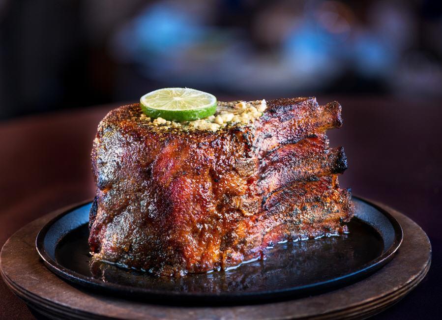 Muerde una oferta de chuleta de cerdo de 'siete dedos de altura' en San Antonio