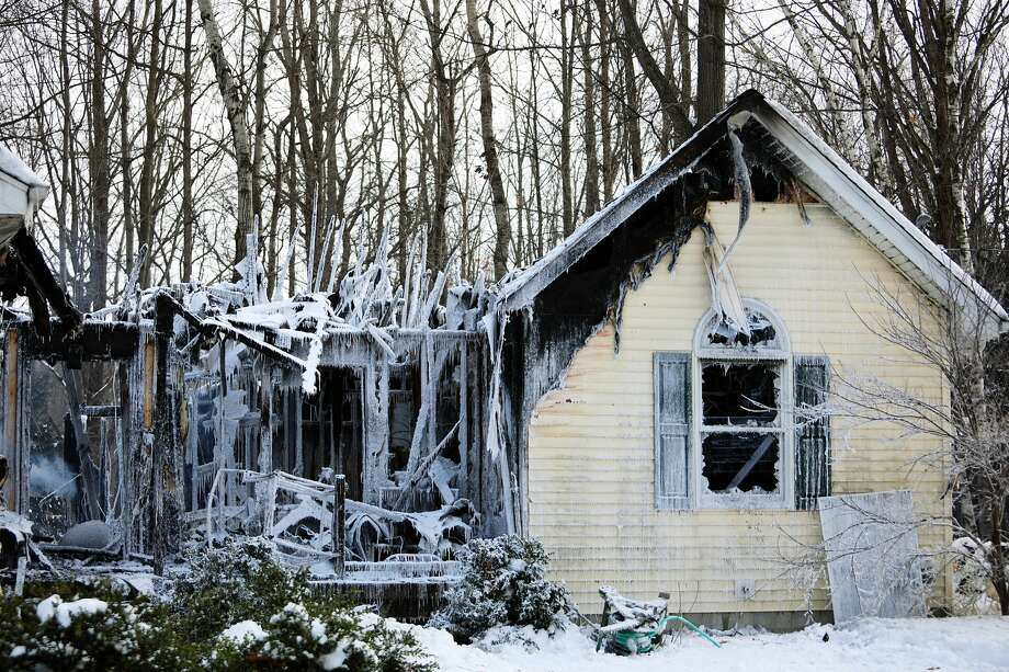 A house on E. Degeer Ct. in Mills Township has extensive damage after a fire on Tuesday evening, Jan. 29, 2019. (Katy Kildee/kkildee@mdn.net) Photo: (Katy Kildee/kkildee@mdn.net)