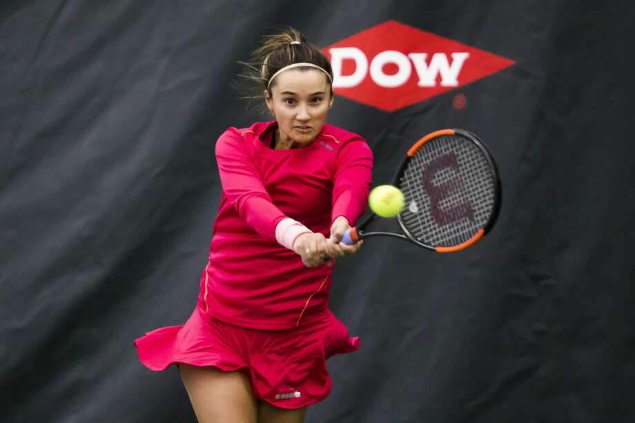 Lauren Davis of Florida, 25, returns the ball during a match against Francesca Di Lorenzo of Ohio, 21, during the Dow Tennis Classic on Wednesday, Jan. 30, 2019 at the Greater Midland Tennis Center. (Katy Kildee/kkildee@mdn.net) Photo: (Katy Kildee/kkildee@mdn.net)