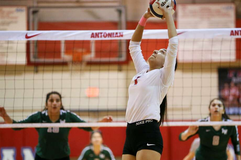 Antonian's Olivia Arredondo sets the ball over her head during their TAPPS 3-6A high school volleyball match with Incarnate Word at Antonian on Tuesday, Oct. 23, 2018. Photo: Marvin Pfeiffer, Staff Photographer / Express-News 2018