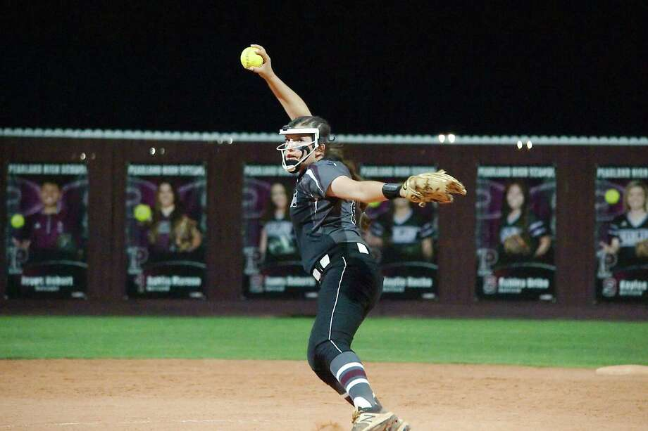 Pearland pitcher Alyssa Fort (18) is one of only two returning starters for the Lady Oiler softball team in 2019. Photo: Kirk Sides / Houston Chronicle / © 2018 Kirk Sides / Houston Chronicle