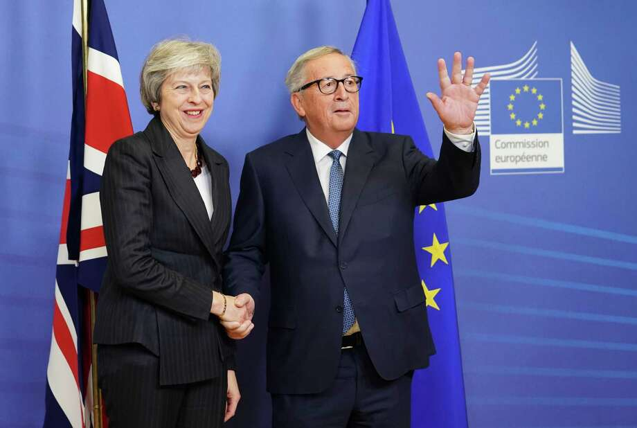 British Prime Minister Theresa May, left, shakes hands with Jean-Claude Juncker, president of the European Commission, ahead of Brexit negotiations in the Berlaymont building in Brussels, Belgium, on Nov. 21, 2018. Photo: Bloomberg Photo By Jasper Juinen / Bloomberg