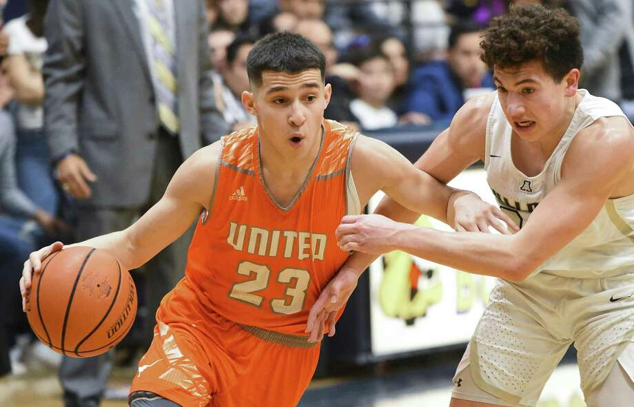 Andy Pompa scored 12 points Friday as No. 20 held on 46-44 at Alexander to build a two-game lead in the District 29-6A title race. Photo: Danny Zaragoza /Laredo Morning Times / Laredo Morning Times