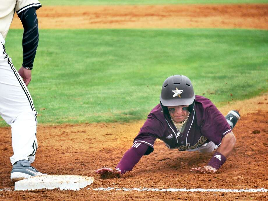 TAMIU split its two games at Our Lady of the Lake on Tuesday dropping Game 1 8-2 before picking up a 6-3 victory. Outfielder Daniel Espinoza was 2-for-2 with an RBI triple and a double. Photo: Cuate Santos /Laredo Morning Times File / Laredo Morning Times