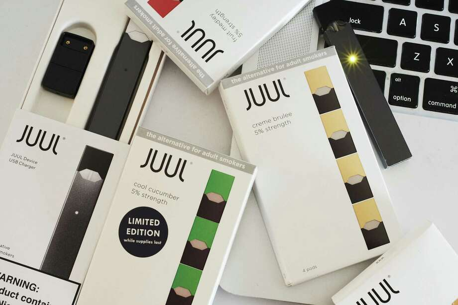 A Juul Labs Inc. e-cigarette, USB charger and flavored pods on July 8, 2018. Photo: Bloomberg Photo By Gabby Jones. / © 2018 Bloomberg Finance LP