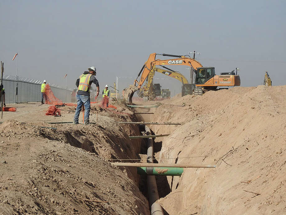Crews working on the EPIC Crude Oil Pipeline, a project to move crude oil from the Permian Basin of West Texas to the Port of Corpus Christi. Photo: EPIC Midstream Holdings LP