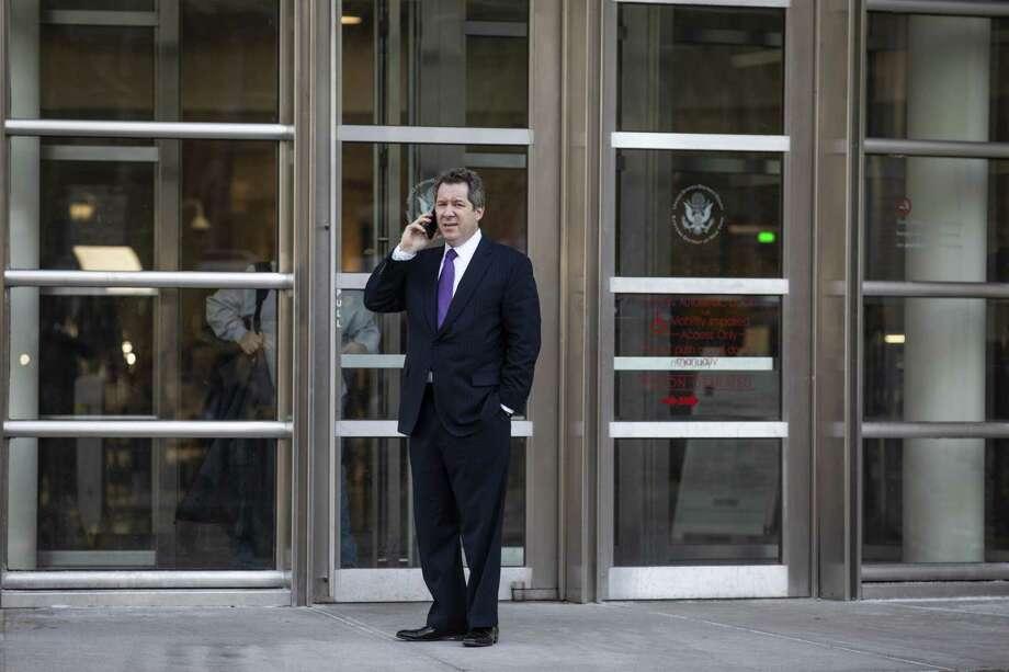 NUEVA YORK, NY—Jeffrey Lichtman, abogado de Joaquín 'El Chapo' Guzmán, recibe una llamada telefónica fuera del Tribunal de Distrito de los EE. UU. Para el Distrito Este de Nueva York, 4 de febrero de 2019 en el distrito de Brooklyn, Nueva York Photo: Drew Angerer /Getty Images / 2019 Getty Images