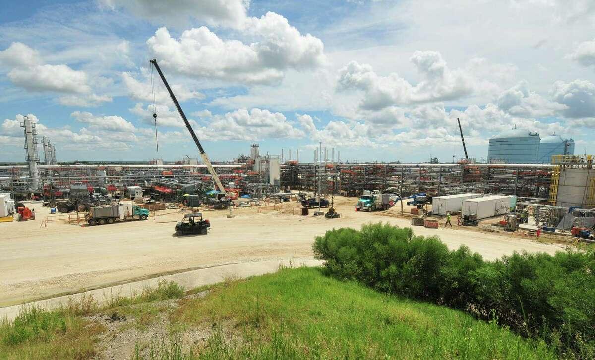 Houston pipeline and storage terminal operator Kinder Morgan has begun the weeks-long startup process at the company's Elba Island liquefied natural gas export terminal in Savannah, Georgia.
