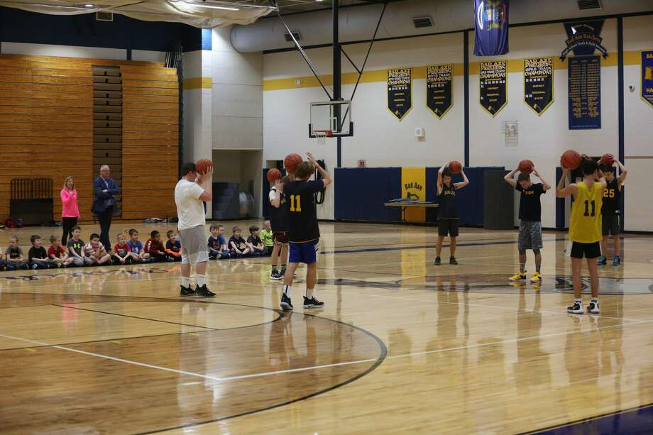 Bad Axe elementary students in kindergarten through second grades took part in a youth basketball camp over the past month. Monday, the group got to practice with the Bad Axe varsity team. Photo: Seth Stapleton/Huron Daily Tribune
