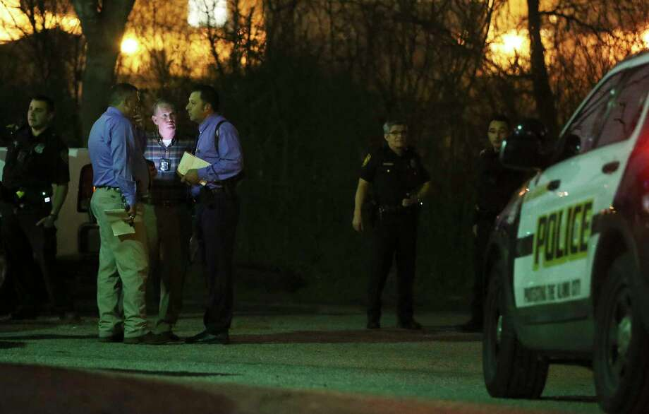 Police investigate the scene of a shooting at Robins Nest Apartments on the Southeast side where a man and a woman were killed and two females were wounded on Tuesday, Feb. 5, 2019. The shooting occurred shortly before 8 p.m. when an individual entered a first floor apartment and shot at the individuals. Police are actively searching for the suspect. Photo: Kin Man Hui, San Antonio Express-News / ©2019 San Antonio Express-News