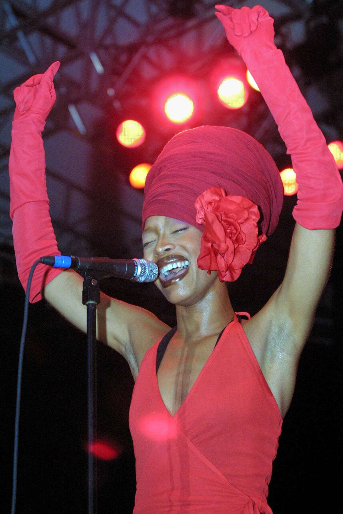 Singer Erykah Badu performs in concert at the Central Park SummerStage in New York Monday, August 6, 2001. (AP Photo/Shawn Baldwin)