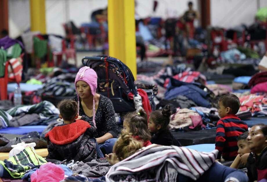 La hondureña Delia Romero y sus hijos aguardan en un refugio en la ciudad de Piedras Negras, México, el martes 5 de febrero de 2019. Photo: Jerry Lara /Associated Press / © 2019 San Antonio Express-News