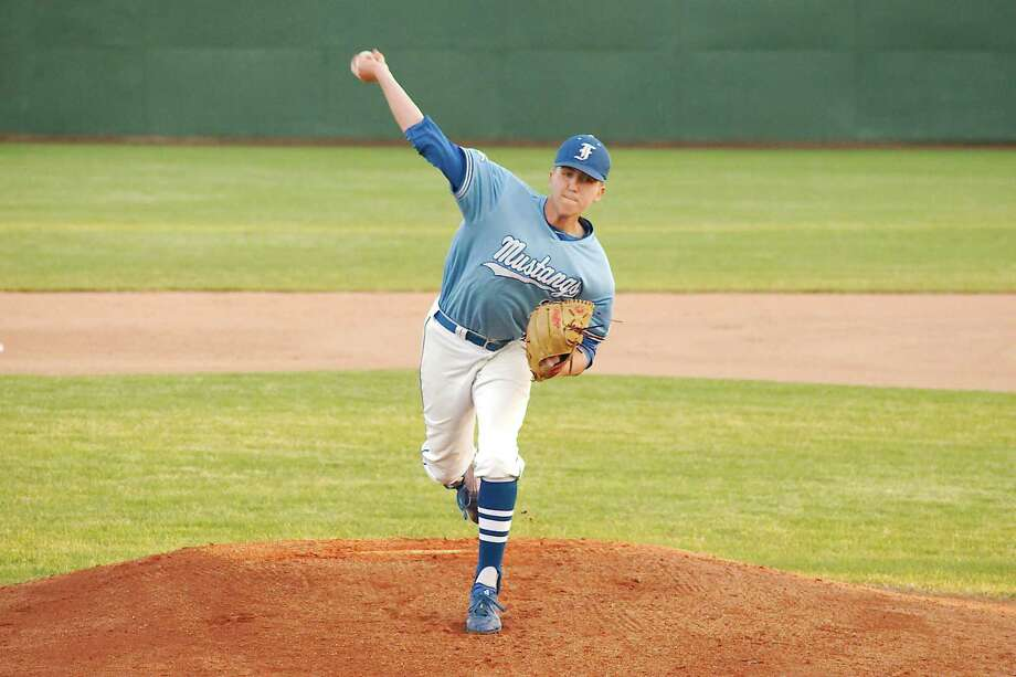 Friendswood's Bradley Wilcott (19) brings reliable pitching to the Mustang staff. Photo: Kirk Sides / Houston Chronicle / © 2018 Kirk Sides / Houston Chronicle