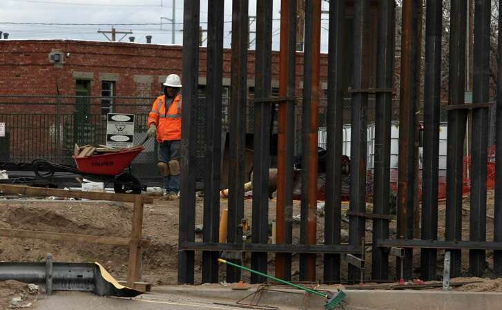 US workers build the border wall between El Paso, Texas, US and Ciudad Juarez, Mexico on February 5, 2019. (Photo by HERIKA MARTINEZ / AFP)HERIKA MARTINEZ/AFP/Getty Images
