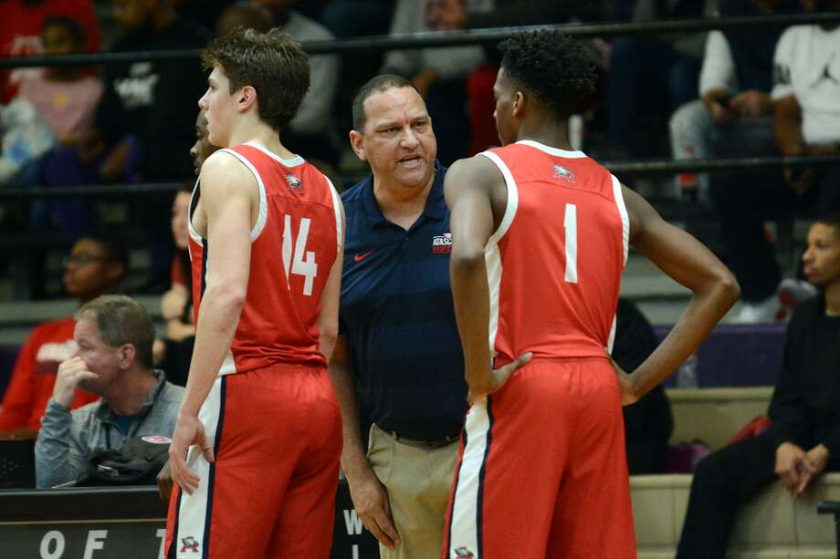 Atascocita Head Boys Basketball Coach David Martinez, center, pumps up sophomore guard Justin Collins (1) during a change of posession. Photo: Jerry Baker, Houston Chronicle / Contributor / Houston Chronicle