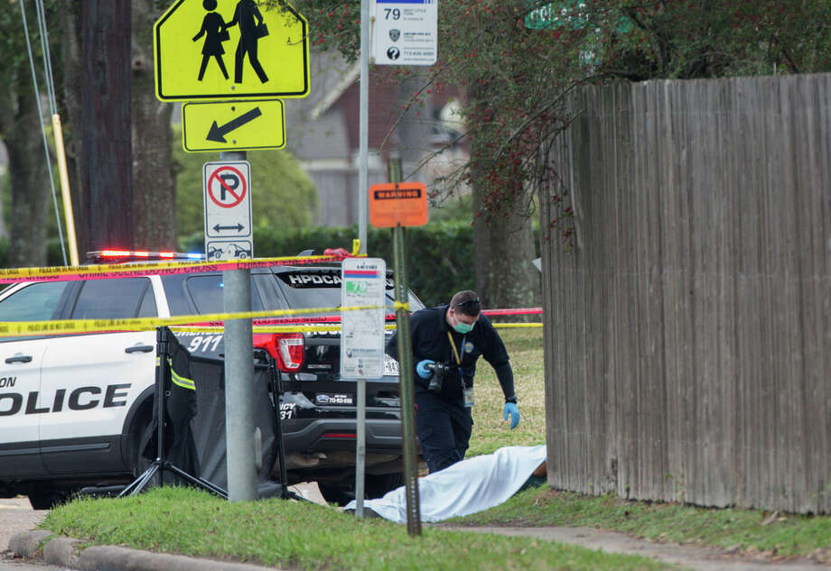 Authorities investigate the scene where a man was found dead on the corner of T.C. Jester Boulevard and Holder Forest Drive Monday, Feb. 11, 2019, in Houston. Photo: Godofredo A. Vasquez, Staff Photographer / 2018 Houston Chronicle