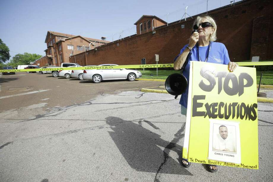 Gloria Rubac with the Texas Death Penalty Abolition Movement stands in front of the Huntsville Unit to protest the execution of Christopher Anthony Young July 17, 2018. A reader believes Texas should end the death penalty in Texas. Photo: Melissa Phillip /Houston Chronicle / © 2018 Houston Chronicle
