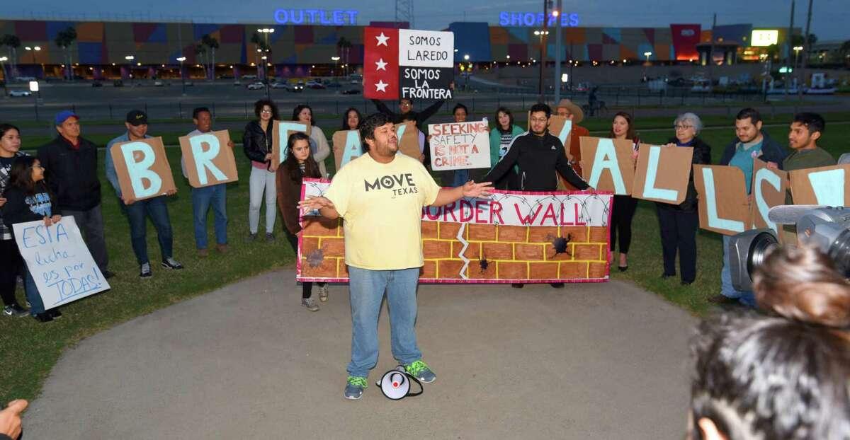 El representante de MOVE Texas, Jesús Ochoa, junto a Laredo Immigrant Alliance y miembros de la comunidad en el parque Tres Laredos, el lunes 11 de febrero de 2019, para expresar su oposición al muro fronterizo propuesto por el presidente Donald Trump.
