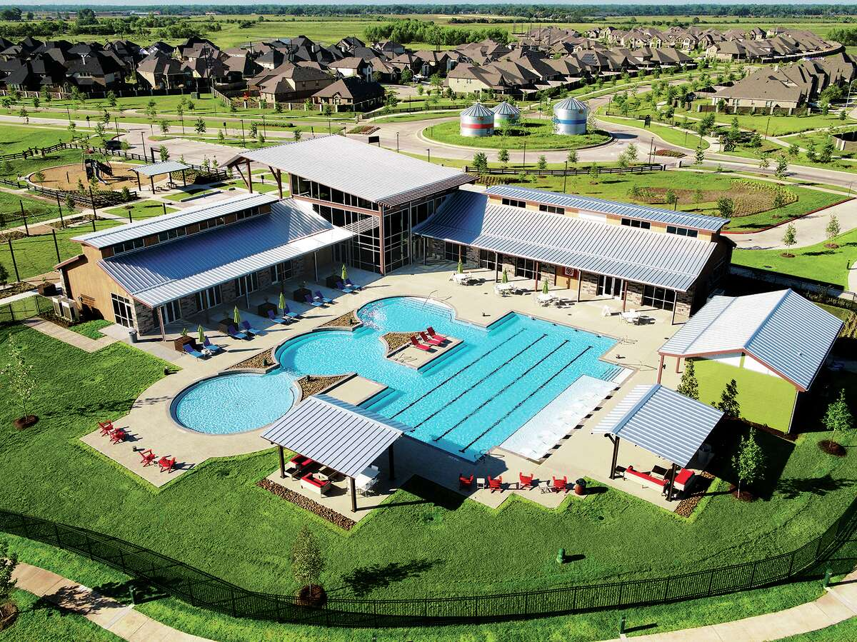 Residents of Harvest Green have access to the Farmhouse, a recreation center outfitted with swimming pools, a splash-pad, a fitness center and studio, an event lawn, a playground, an amphitheatre, a lake, and fishing docks.