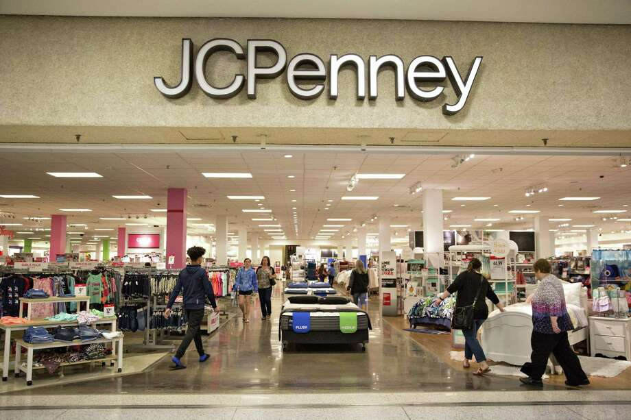 Shoppers enter a J.C. Penney Co. store in Peoria, Illinois, U.S., on Saturday, May 12, 2018. Photo: Daniel Acker / © 2018 Bloomberg Finance LP