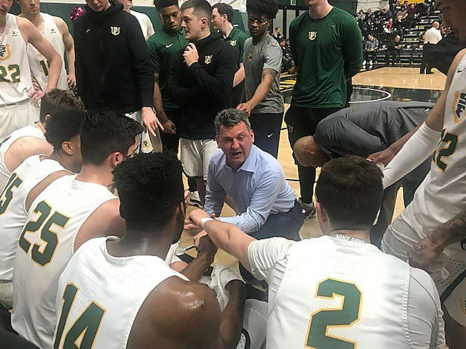 USF head coach Kyle Smith talks to his team during a first-half timeout of a game against Pepperdine. Photo: Steve Kroner / The Chronicle