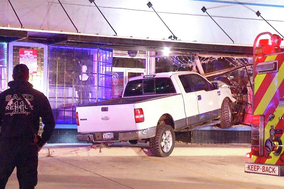 Big-rig crash blocks Highway 225 in Pasadena - San Antonio