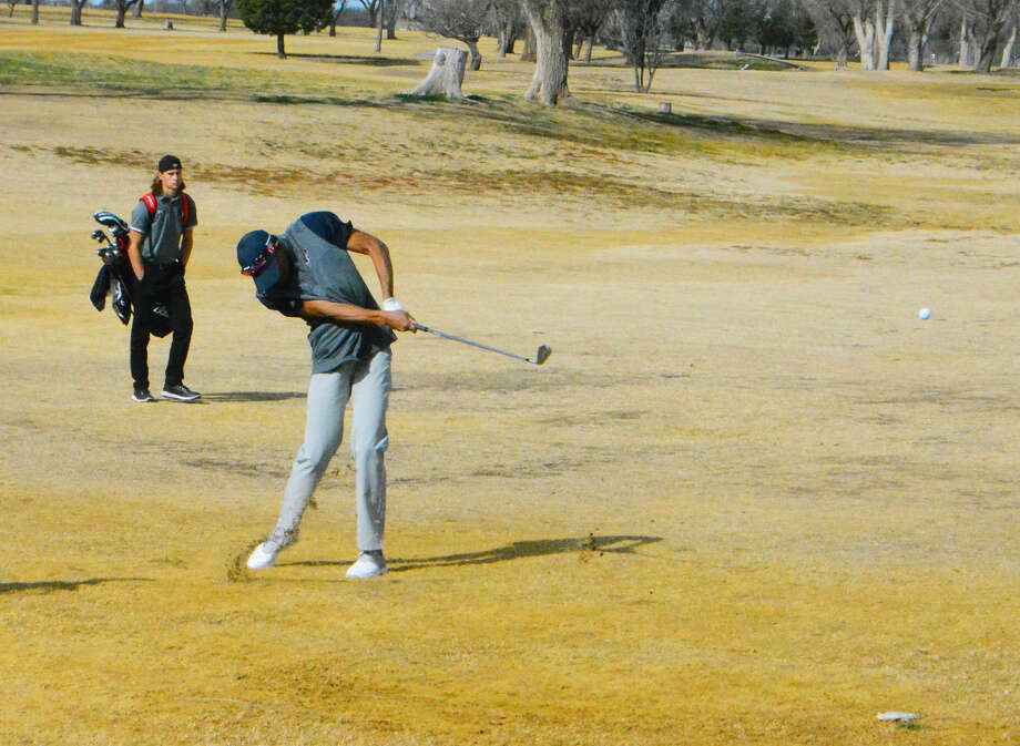Plainview junior golfer Ryan Jackson chips a shot onto the putting green during the Plainview Invitational on Friday at the Plainview Country Club. Jackson led the Bulldogs with a 79 after the first day of the tournament. Photo: Alexis Cubit/Plainview Herald