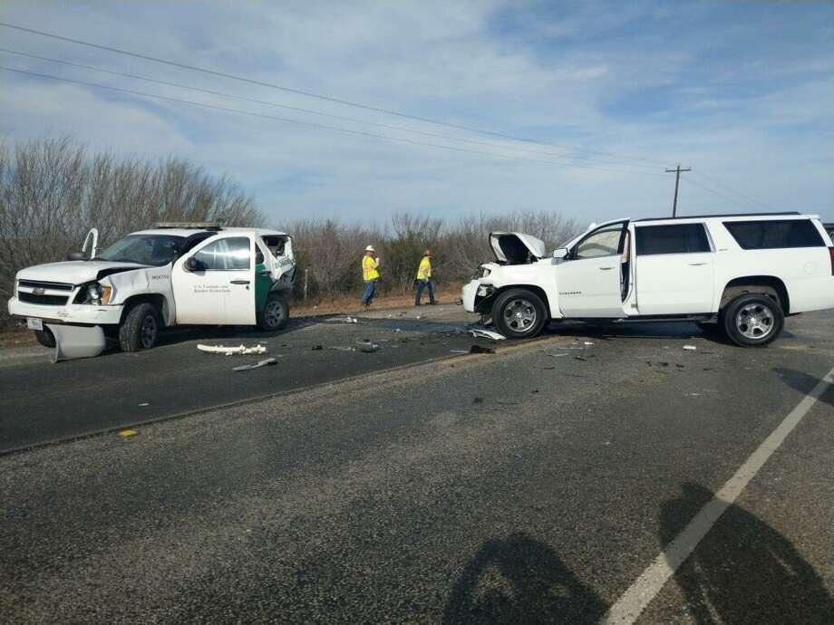 Una unidad de la Patrulla Fronteriza y una Chevrolet Suburban presentan daños, después de una colisión en la carretera Texas 359, alrededor de 8 millas a las afueras de Laredo. Photo: Foto De Cortesía /Departamento De Seguridad Pública De Texas